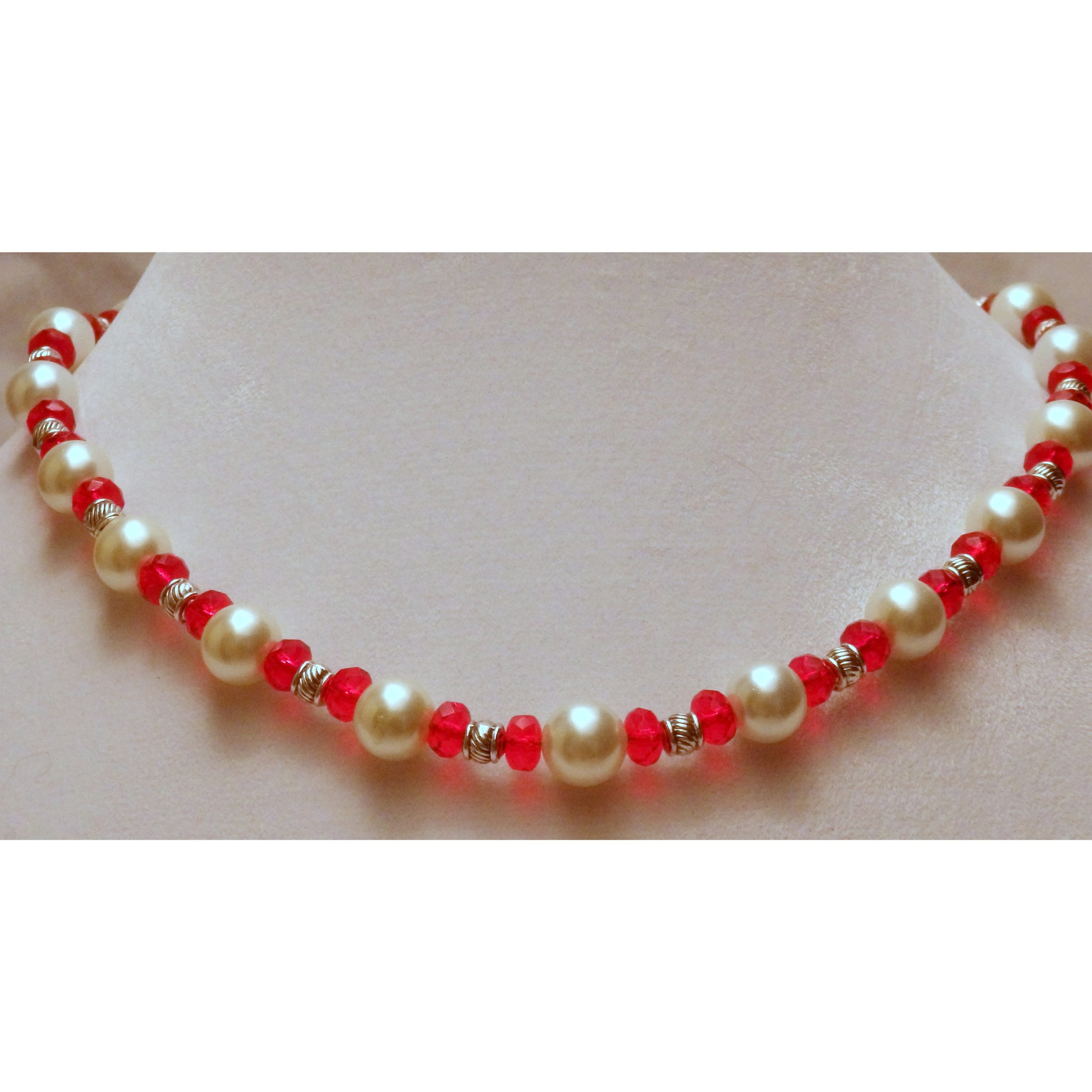 Red and White Beaded Glass Necklace 839a